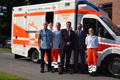 Neues Fahrzeug für den Rettungsdienst (2017) mit Geschäftsführer Patrick Grotheer und weiteren Vertretern des DRK Osterholz